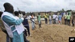 Les habitants de Yopougon observent les recherches d'un charnier présumé le 5 mai 2011.
