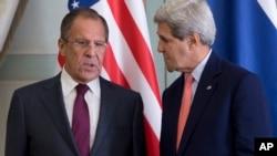 Ruski ministar spoljnih poslova Sergej Lavrov i američki državni sekretar Džon Keri prilikom susreta u Parizu, 14. oktobra 2014.