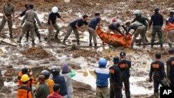 Lực lượng cứu hộ di chuyển xác nạn nhân của vụ sạt lở đất ở làng Jemblung, Trung Java, 13/12/2014.