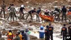 印尼發生的山體滑坡,救援人員努力從泥土和瓦礫中找到了更多屍體。