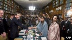 مارک گروسمن نماینده ویژه امریکا در پاکستان و افغانستان (نفر دوم از سمت چپ) در حال دست دادن با وزير امور خارجه پاکستان حنا ربانی (نفر دوم از سمت راست) پيش از گفتگوهای روز پنجشنبه.