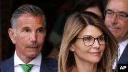 卷入大学招生贿赂丑闻的女演员Lori Loughlin和她的丈夫、服装设计师Mossimo Giannulli面临指控(2019年4月3日)