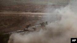 Tentara Israel mengendarai kendaraan lapis baja dalam sebuah latihan militer di sepanjang perbatasan Israel-Gaza, Minggu, 7 Juni 2015.