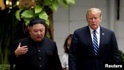 지난 2월 도널드 트럼프 미국 대통령과 김정은 북한 국무위원장이 2차 정상회담이 열린 베트남 하노이 메트로폴 호텔에서 나란히 걷고 있다.
