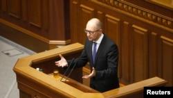 7月24日,乌克兰总理亚采纽克在基辅向议会发表讲话