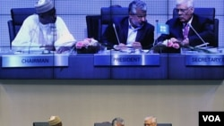 Miembros de la OPEP dialogan en medio de la reunión realizada en Viena y que concluyó sin acuerdo sobre las cuotas de producción.