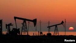 Нефтяные вышки на каспийском шельфе. Баку, Азербайджан