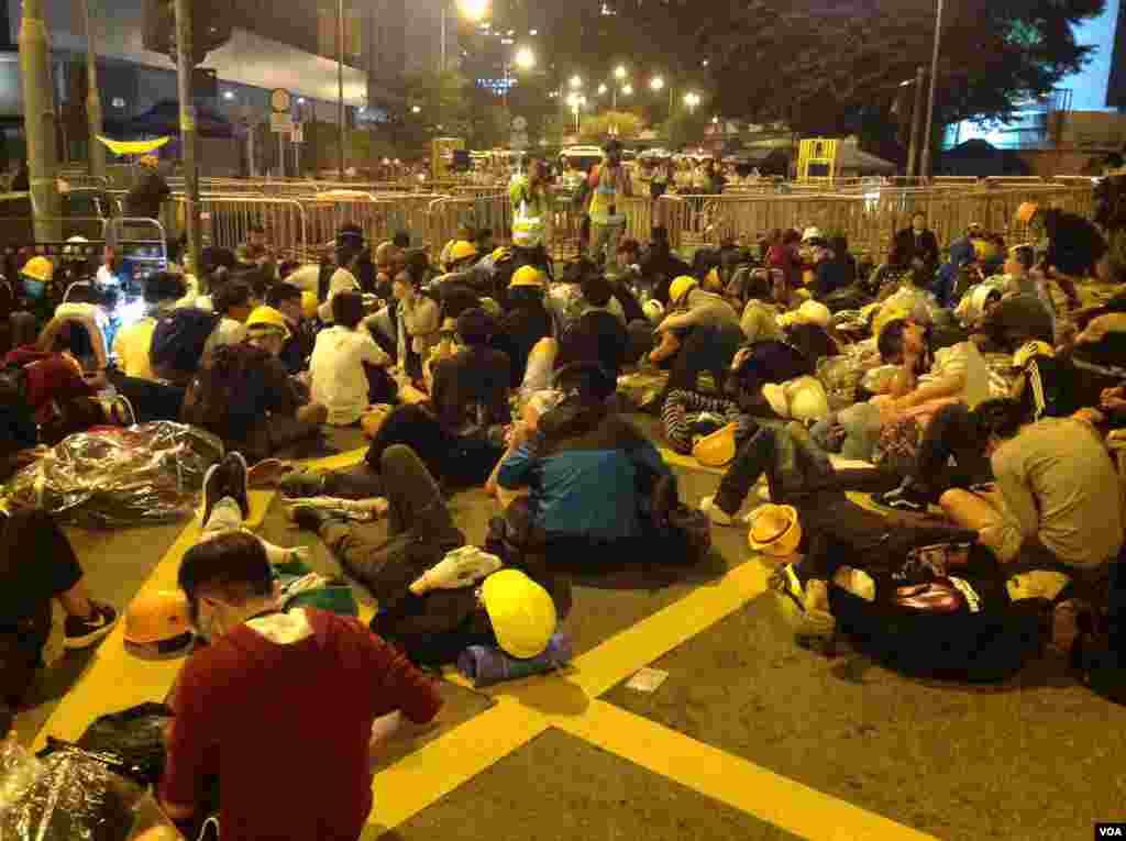 数千香港学生市民聚会与警方对峙 (美国之音海彦拍摄)