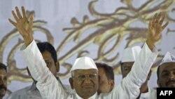 Nhà hoạt động chống tham nhũng Ấn Độ Anna Hazare chào những người ủng hộ ông sau khi ông kết thúc tuyệt thực cuộc tuyệt thực phản đối