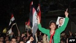 Những người trung thành với chính phủ đã phất cờ Syria và hình tổng thống để 'bác bỏ' các biện pháp của Liên đoàn Ả Rập