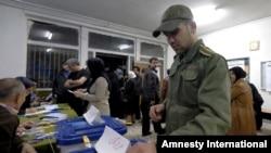 Un policía iraní vota durante las elecciones al parlamento y Asamblea de Expertos que tiene el poder de nombrar o quitar el líder supremo del país. 26 febrero de 2016.