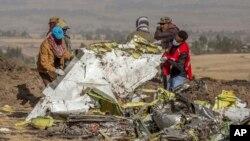 Spasioci na mestu gde se avion Etiopijan erlajnza srušio u polju blizu Bišoftua, južno od Adis Abebe.