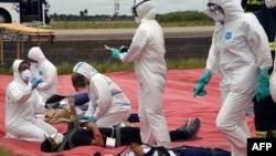 Los paramédicos de la Unidad de Salud Departamental de Santa Cruz llevan a cabo un simulacro de contención en el Aeropuerto Internacional Viru Viru, en el contexto de la emergencia mundial de coronavirus, en Santa Cruz, Bolivia, el 6 de febrero de 2020.