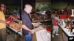 马克斯·博维斯(左)、约翰·拉库里亚(中)和布鲁克·洛根(右)在克伦普顿拍卖场寻宝