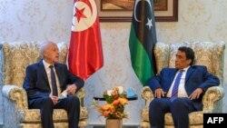 Le président tunisien Kais Saied (à gauche) rencontre le nouveau chef du Conseil présidentiel libyen, Mohammad Menfi, à Tripoli, la capitale libyenne, le 17 mars 2021 (Page Facebook de la présidence tunisienne)