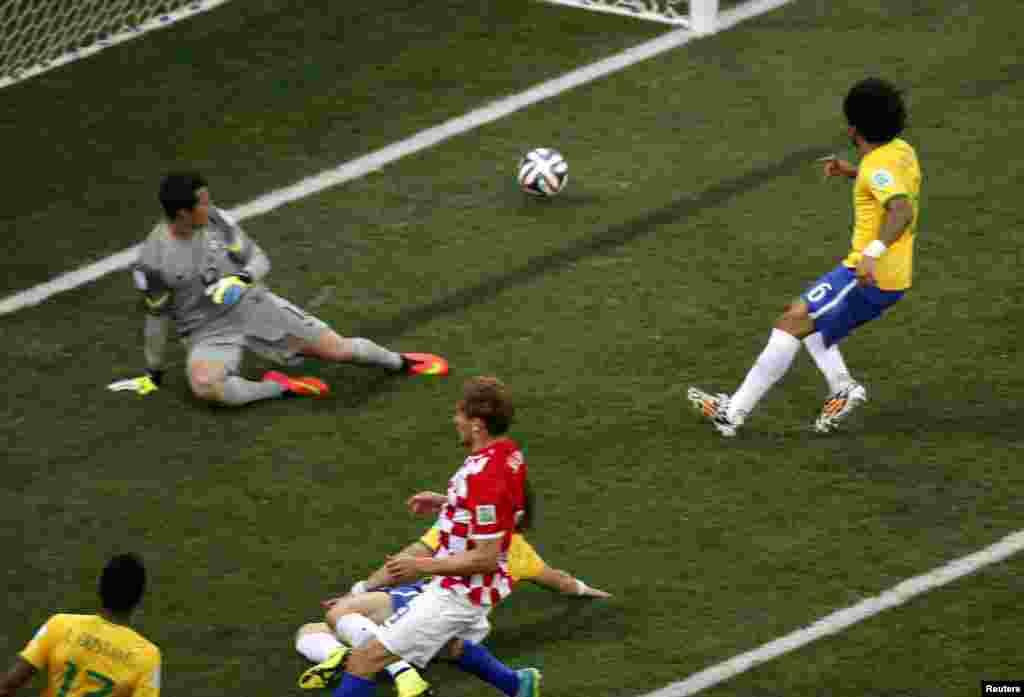 برازیل کے مارسیلو نے غلطی سے اپنے ہی گول میں گیند پھیک کر کروشیا کو ایک گول کی برتری دلادی تھی