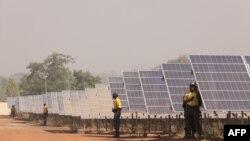 Les panneaux solaires sur le site de Zagtouli, près de Ouagadougou, le 29 novembre 2017, le jour de son ouverture.