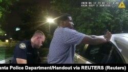 Imagem de 12 de junho 2020 mostra o polícia de Atlanta, Garrett Rolfe, a fazer um teste de alcoolismo a Rayshard Brooks
