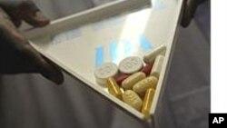 """Niños infectados por VIH SIDA en el programa Luchemos por la Vida en Venezuela reciben los medicamentos gracias a sus """"padrinos"""""""