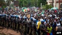La police encadre les partisans du chef de l'opposition malienne, Soumaila Cissé, lors d'une marche de protestation contre les résultats du scrutin présidentiel à Bamako, le 18 août 2018.