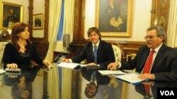 La presidenta Cristina Fernández recibió al ministro de Economía, Amado Boudou, y al secretario de Hacienda, Juan Carlos Pezoa.
