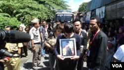 Prosesi pemakaman jenazah Wismoyo Ari Prambudi, pramugara korban kecelakaan pesawat AirAsia di Solo (5/1). (VOA/Yudha Satriawan)