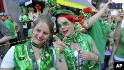 Bà Janice Dwelly (phải) và cô con gái Andrea Dwelly mừng lễ Thánh Patrick ở Savannah, Georgia hôm 17/3/12