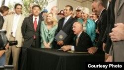 布朗州长在洛杉矶签署高铁案 by 加州州长办公室