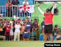 20일 브라질 리우데자네이루 올림픽 골프 코스에서 열린 여자골프 마지막 라운드 경기에서 한국의 박인비가 금메달이 확정된 뒤 환호하고 있다.