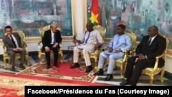 Le président burkinabè Roch Marc Christian Kaboré, au milieu, reçoit le ministre français des Affaires étrangères, Jean-Yves Le Drian, 2e à gauche, à Ouagadougou, Burkina Faso, 16 mars 2018. (Facebook/Présidence du Faso)