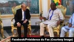 Le président burkinabè Roch Marc Christian Kaboré, à droite, reçoit le ministre français des Affaires étrangères, Jean-Yves Le Drian, à gauche, à Ouagadougou, Burkina Faso, 16 mars 2018. (Facebook/Présidence du Faso)