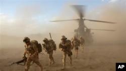 افغانستان میں ایک کارروائی میں مصروف برطانوی فوجی (فائل فوٹو)