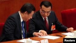 习近平和李克强在今年全国人民代表大会开幕会上进行商讨