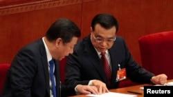 2015年3月5日中国国家主席习近平(左)和总理李克强(右)在全国人大全体会议开幕时交谈