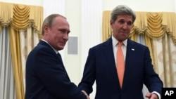 Vladimir Putin et John Kerry, Kremlin, Moscou, Russie, 14 juillet 2016. (Vasily Maximov/Pool Photo via AP)