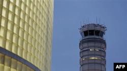 """Kontrolni toranj na Nacionalnom aerodromu """"Ronald Regan"""" u Arlingtonu, u blizini Vašingtona"""