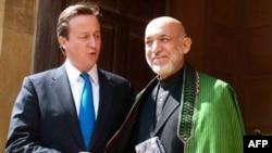 Thủ tướng Anh Cameron (trái) và Tổng thống Afghanistan Karzai