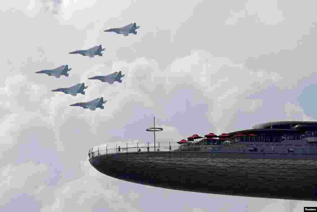 កងកម្លាំងដែនអាកាសយន្តហោះ F15SG របស់សិង្ហបុរី ធ្វើការហោះជាក្រុម អំឡុងពេលអបអរសាទរថ្ងៃបុណ្យជាតិនៅប្រទេសសិង្ហបុរី កាលពីថ្ងៃទី០៩ ខែសីហា ឆ្នាំ២០២០។
