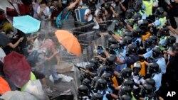 Cảnh sát xịt hơi cay vào người biểu tình bên ngoài trụ sở chính phủ ở Hong Kong, ngày 28/9/2014.