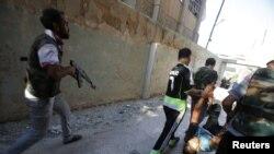 ພວກນັກລົບຂອງກອງທັບປົດປ່ອຍຊີເຣຍ ພາກັນຫາມສົບຂອງເພື່ອຮ່ວມງານຂອງຕົນ ຜູ້ນຶ່ງ ລຸນຫລັງຜູ້ກ່ຽຖືກຍິງໂດຍຜູ້ລອບສັງຫານ ຢູ່ເມືອງ Seif a Dawla ໃນນະຄອນ Aleppo ໃນວັນທີ 4 ກັນຍາ, 2012.
