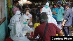 Pelaksanaan rapid tes di salah satu pasar di Surabaya (Foto: Humas Pemkot Surabaya).