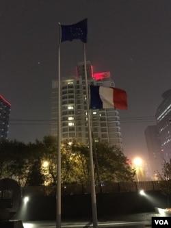 法国使馆下半旗(2015年11月15日,美国之音拍摄)