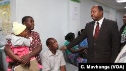 Le ministre de la Santé du Zimbabwe, Obadiah Moyo, visite l'hôpital de Parirenyatwa à Harare le 5 décembre 2018.