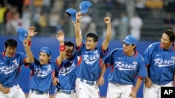 지난 2008년 중국 베이징 올림픽 야구에서 우승을 차지한 한국 국가대표팀 선수들이 기뻐하고 있다. (자료사진)