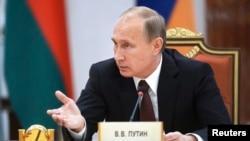 Presiden Rusia Vladimir Putin saat menyampaikan sambutan di hadapan para pemimpin negara-negara bekas Uni Soviet (CIS) di Minsk (10/10).