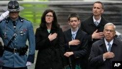 Gia đình em Martin Richard, từ trái, mẹ Denise, anh Henry, và cha Bill, cùng cựu Thị trưởng Boston Tom Menino, phải, dự lễ tưởng niệm một năm vụ đánh bom tại giải Marathon Boston, 15/4/2014.