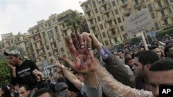 تجمع مظاهره کنندگان مصر در میدان تحریر با وجود قیود شبگردی که به برخورد با پولیس نظامی انجامید.