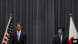 도쿄에서 아즈미 준 일본 재무상(우)과 공동기자회견을 가진 티모시 가이트너 미 재무장관(좌)
