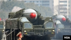 Militer Korea Utara memamerkan misil mereka dalam parade militer di Pyongyang (foto: dok). Korut meluncurkan misil jarak pendek untuk hari ketiga meski diperingatkan internasional.