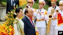 Lãnh đạo Myanmar Aung San Suu Kyi, trái, và Thủ Tướng VN Nguyễn Xuân Phúc, phải, tại lễ chào mừng bà Suu Kyi tại Phủ Chủ tịch tại Hà Nội. Ảnh chụp ngày 19/4/2018. (AP Photo/Minh Hoang)